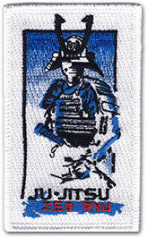 Ecusson brodé rectangulaire vertical du club de self defense Zen Ryu. Il représente un homme en habit traditionnel japonais, en dégradé du bleu foncé au blanc, sous lequel est écrit Ju-jitsu.