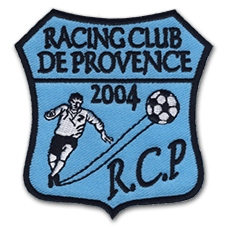 L'écusson montre un joeur de football frappant le ballon avec l'inscription Racing Club de Procence